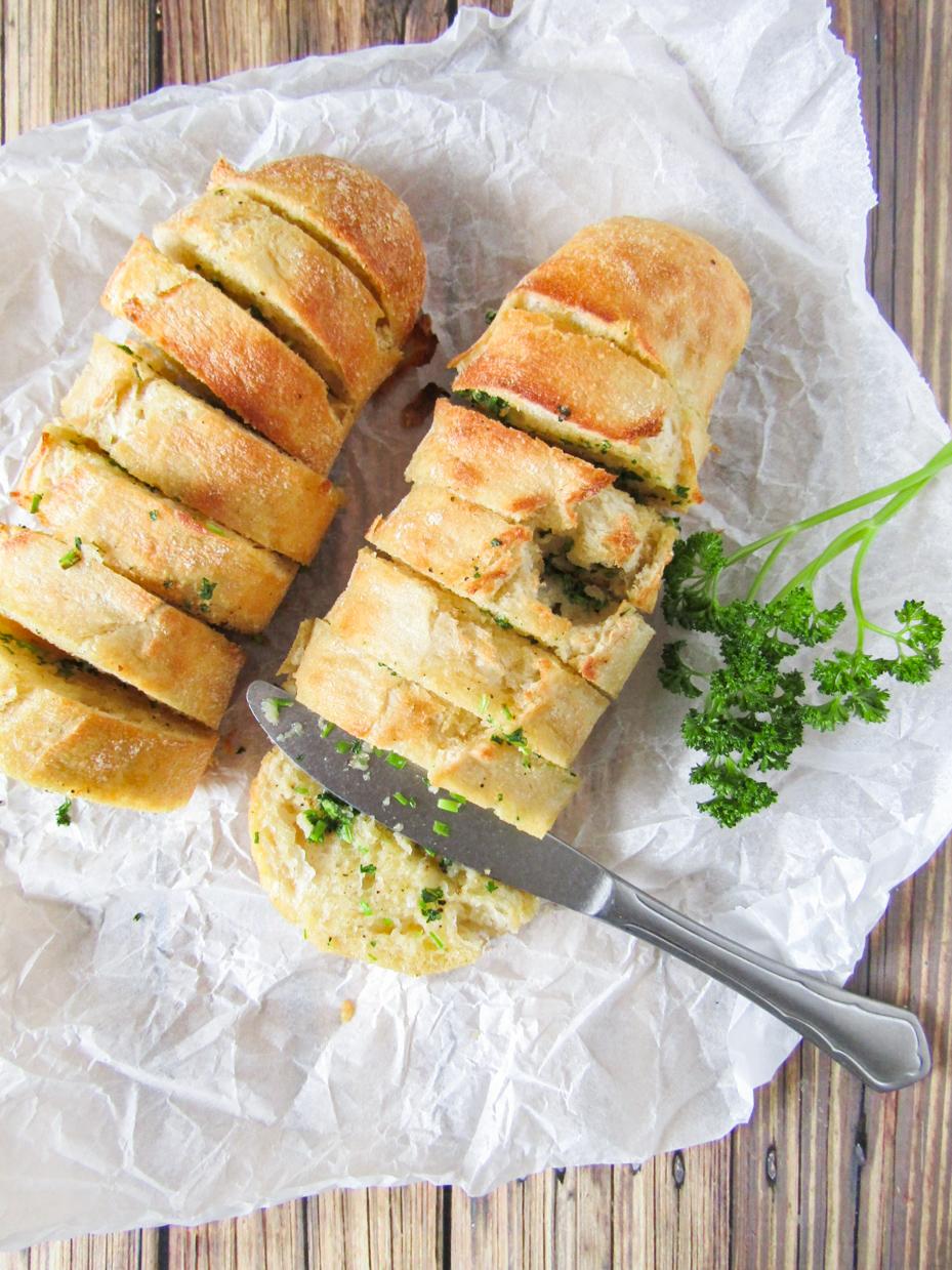 stokbrood gevuld met kruidenboter