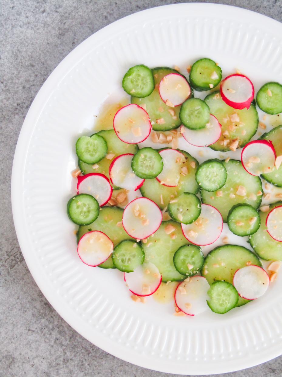salade van komkommer en radijs